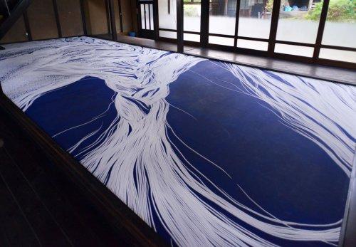 山本基の新作インスタレーション・瑠璃の龍